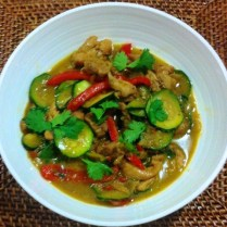 https://thepaddingtonfoodie.com/2012/11/22/takeaway-at-home-thai-green-chicken-curry-with-zucchini-and-red-capsicum/