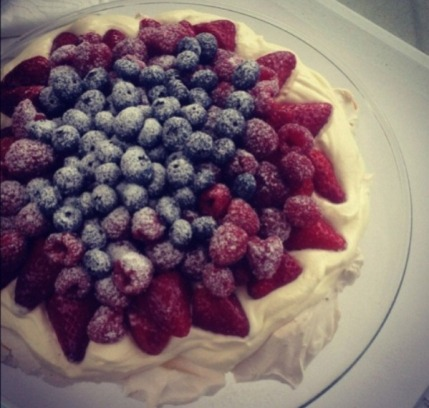 https://thepaddingtonfoodie.com/2012/12/18/dominicas-christmas-pavlova-with-a-medley-of-fresh-berries/