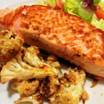 https://thepaddingtonfoodie.com/2013/06/25/the-5-2-challenge-a-man-sized-fast-day-seared-salmon-fillet-with-lemon-garlic-and-chilli-roasted-cauliflower/